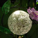 Diese Glaskugel macht keine Vorhersagen, sie leuchtet aber im Dunkeln
