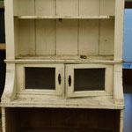 Küchenschrank aus dem späten 19. Jahrhundert mit Holzwurmfraß und Fäulniss