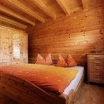 Gästehaus Ludwig | Ein großes Schlafzimmer mit Doppelbett