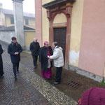 Il Presidente Giuseppe Motta in rappresentanza di tutto il gruppo accoglie Mons. Mario Delpini