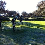 3boles practicando tiro con arco