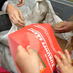 Viele Hände halfen beim Aussäen des Weizens.