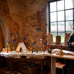 Die Holzschnitzerin Almuth aus Seevetal bei der Arbeit.