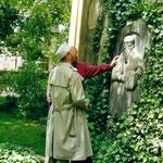 Ernst Fuchs und Ralph Herrmann am Grab von Lucas Cranach