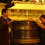 Reparatur von Kolbenringen im Maschinenraum eines Containerriesen                                                                 Foto: Schomberg