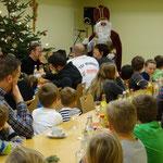 Der Nikolaus sprach den Kids viel Lob aus. Wusste aber auch das ein oder andere, dass es zu verbessern gilt