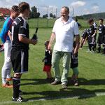 Haimerl wünschte der Mannschaft viel Erfolg mit dem neuen Trikot