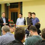 Trainer Schille hatte für die Spieler Gerhard Baier, Alex Klonner und Martin Meindl ein Geschenk zum Dank für ihren Fleiß