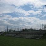 Die Tribüne bietet Sitzplätze für mehr als 400 Personen