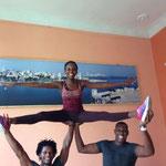 Daymara von den Lehrern Abelardo und Raiko von 'Salsabor a Cuba' auf Händen getragen