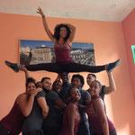 Dayme von den Lehrern von 'Salsabor a Cuba' auf Händen getragen