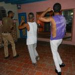 Tanzlehrer Chino, Curi und Nico trainieren in der Tanzschule (früherer Standort)