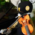 【Charles/シャルル】 誕生日:4/6 出身地:中央部 所在地:中央部 職業:バイオリニスト /中央交響楽団所属。陽気で明るい性格 ●サイズ中/体長約20cm・座高約15cm(2015年制作)
