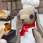【パン屋ウサギ】 誕生日:4/12 出身地:西部 所在地:中央部 職業:パン屋 ●サイズ中/体長約21cm・座高約15cm(2020年制作)