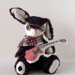 【Keith/キース】 誕生日:6/9 出身地:北部 所在地:西部 職業:ギタリスト /伝説の雷ギターの所持者。ボタンの魔女に会ったことがあるらしい。ハンナの兄 ●サイズ中/体長約20cm・座高約15cm(2011年制作)