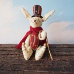 【Uta/ウタウサギ】 誕生日:12/3 出身地:東部 所在地:旅の途中 職業:吟遊詩人 /好きなものはサーカス!喋り好きで周囲からは『ウザウサギ』と呼ばれているが、気にしていない ●キーホルダーサイズ/体長約11cm・座高約8cm(2013年制作)