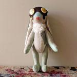 【Mabee/メイビー】 誕生日:8/24 出身地:南部 /長い耳がコンプレックスだったが、耳で空を飛ぶゾウの話を聞いて、自分も挑戦してみることに。まだ飛べない ●サイズ中/体長約20cm・座高約15cm(2011年制作)