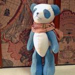 【まだ旅立てないパンダ】 気持ちは立派に[旅立ちパンダ]なのだが、まだ子供なので旅立てない。旅立ちの日を夢見ている ●サイズ/体長約20cm・座高約15cm(2013年制作)*藍染作家・坂本由美子氏の藍染生地を使用した展示会限定商品