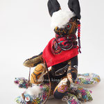 【Nyala/ニアラ】 誕生日:6/27 出身地:南部 職業:トカゲレーサー /ララッタ族酋長の娘。年に一度のトカゲレースで優勝し、一躍有名に ●サイズ中/体長約20cm・座高約15cm・相棒トカゲ付き(2012年制作)