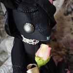 【Noir/ノワール】 誕生日:4/1 出身地:中央部  /伯爵家の長女。両親からは「黒姫ちゃん」と呼ばれている。妹のビアンカが可愛くて仕方がない ●サイズ大/体長約25cm・座高約20cm・ペアネックレス付き(2012年制作)