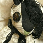 【Comelia/コーネリア】 誕生日:2/19 出身地:中央部 所在地:南部 /伯爵夫人。極度のカエル好き。そのため夫は「カエル伯爵」と陰で囁かれている ●サイズ大/体長約25cm・座高約20cm(2012年制作)