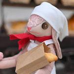 【パン屋の奥さんウサギ】 誕生日:2/14 出身地:西部 所在地:中央部 職業:パン屋 ●サイズ中/体長約21cm・座高約15cm(2020年制作)