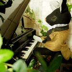 【Elmer/エルマー】 誕生日:3/25 出身地:西部 所在地:中央部 職業:ピアニスト /中央交響楽団所属。彼の奏でる音色には、王妃もうっとり ●サイズ中/体長約20cm・座高約15cm(2013年制作)made-to-order『縫々王国の住民になろう!』