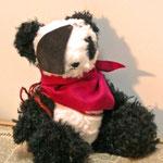 【冒険家パンダ】 カシミヤ島沖に不時着したプロペラ機に乗っていた、初老の冒険家パンダ。島の海賊たちと意気投合!その後、無事帰国した・・・はず ●サイズ/体長約20cm・座高約15cm(2012年制作)