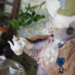 【Camellia/カメリア】 誕生日:11/1 出身地:中央部 所在地:中央部 職業:ティーマスター /お茶を司る家系の子息。新茶のためなら海外へも ●サイズ中/体長約20cm・座高約15cm(2016年制作・展示会限定)