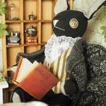 【William/ウィリアム】 誕生日:10/27 出身地:西部 所在地:中央部 職業:中央部役所勤め /ロージーの夫。コバレフスキーの同僚。趣味は読書 ●サイズ中/体長約20cm・座高約15cm(2017年制作)