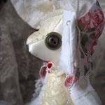 【Bianca/ビアンカ】 誕生日:2/29 出身地:中央部 伯爵家の次女 /両親からは「白姫ちゃん」と呼ばれている。姉のノワールをとても尊敬している ●サイズ大/体長約25cm・座高約20cm/ペアネックレス付き(2012年制作)