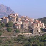 Village perché sur la route en balcon