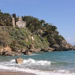 Südlich der Festung der ca 1,5km lange, saubere Sandstrand Sagá-Strand