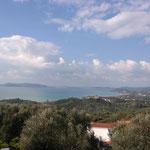 Links die Insel Schiza, rechts davon ganz klein Agia Marina