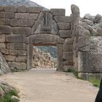 Das Löwentor (1250 vor Chr). Allein der Türsturz und die Schwelle wiegen je 20 Tonnen