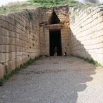 Eingang zum Schatzhaus des Atreus - auch Grabmal des Agamemnon . Die Kuppel hat einen Durchmesser von 14,6 m und eine Höhe von 13,5 m