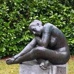 Pirmasens: Bronzefigur EMILIA, ruhend, auf Podest CARBONATO 40x60x40 cm