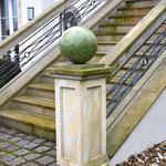 Potsdam: Bronzefigur KUGEL als Finial eines Steinpfeilers
