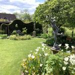 Lemgo: BETENDER KNABE in vielschichtig gestaltetem, kleinen Garten, vorn ein Hermes aus