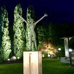 Teltow b. Berlin: Bronzeskulptur WELCOME auf Kupferpodest