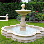Potsdam: Brunnen PADUA, Steinbank PALLADIO, Kalkstein aus Vicenza, maßgeschneiderte Steinmetzarbeit. Fein komponiert.