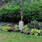 Potsdam: Bronzefigur EPONA klein, auf Kalkstein-Podest VICENZA