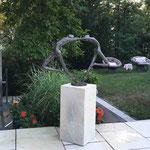 Schorndorf/Stuttgart: Bronzefigur TANZENDE-1, auf Podest VICENZA 50x25x25 cm, massiver Vicenza-Kalkstein