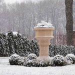 Gotha. Steinbrunnen ST. DENIS, umgeben von einem Buchskarree. Auch im Winter ein Blickfang als Skulptur.