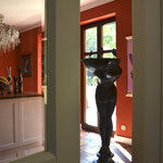 Potsdam: grün patinierter Bronzebrunnen SERENE als Blickfang innerhalb eines Hauses.
