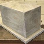 Wittstock/Prignitz:  Podest, als individuelle Auftragsarbeit aus Vicenza-Kalkstein erstellt