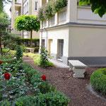 Potsdam: Steinbänke aus englischem Sandsteinguss. Die Bank als Skulptur und Gelegenheit zur kleinen Pause.