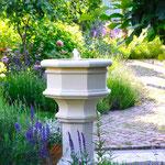 Potsdam: Steinbrunnen ST. DENIS, Sandsteinguss. Mediterran pur.. Einer unserer Lieblingsgärten