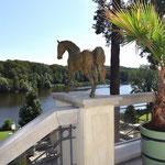 Potsdam: Bronzefigur Pferd CADENZA-II, auf zwei Terrassenpfeilern