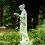 Potsdam: Steinfigur HEBE auf Podest ALDO, phantastisch vom Kunden fotografiert.